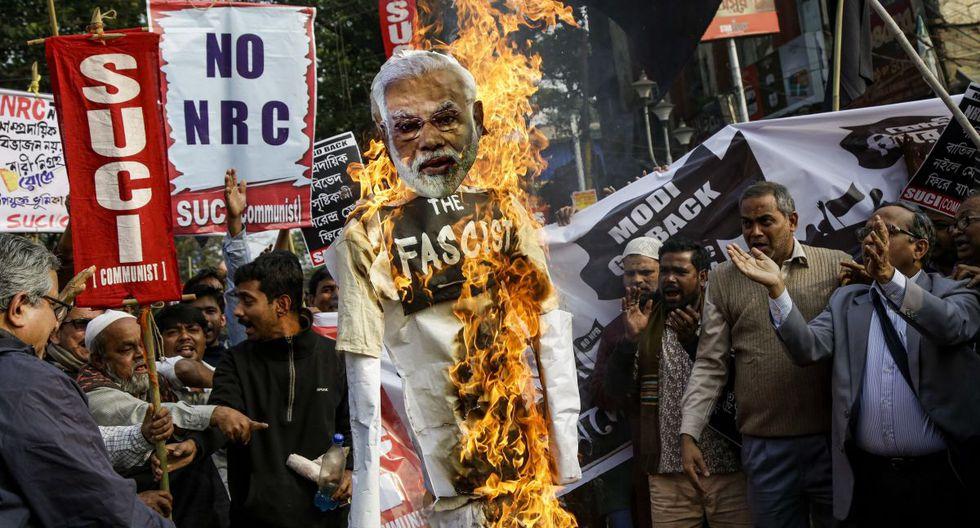 La policía dijo que tuvo que intervenir ante manifestantes que intentaron detener el vehículo de Modi cerca de un estadio. (AP)