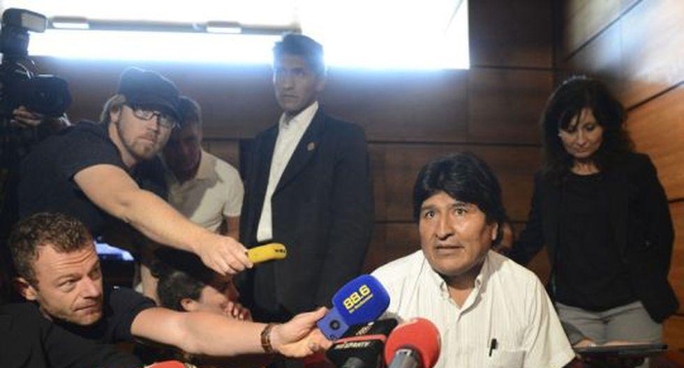 Evo Morales declara a la prensa internacional en Austria luego de revocarse el espacio aéreo de Francia y Portugal (Foto: AFP)