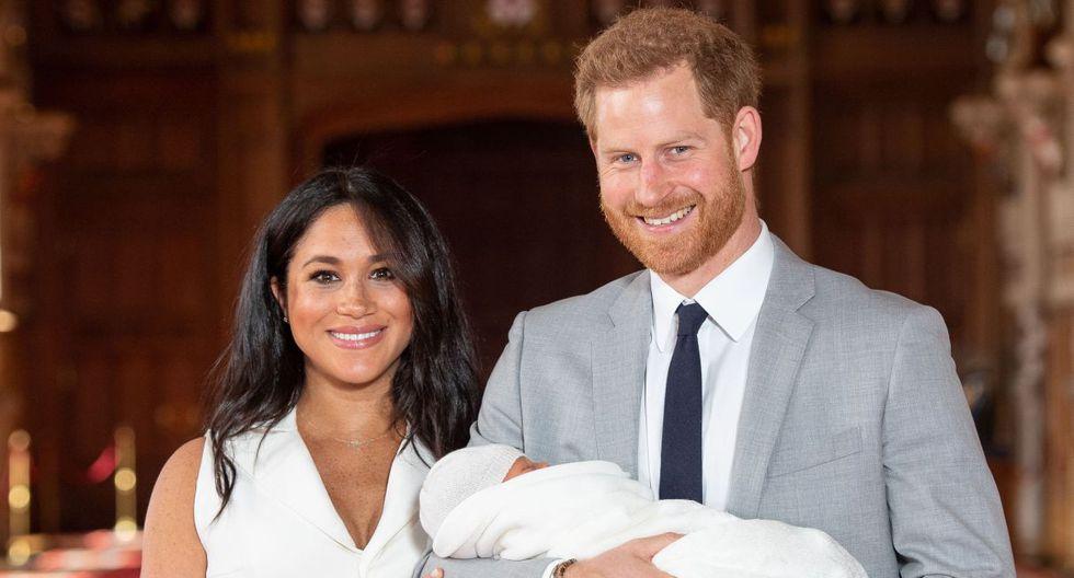 Los duques de Sussex presentan a su primer hijo en Windsor. (Foto: AFP)